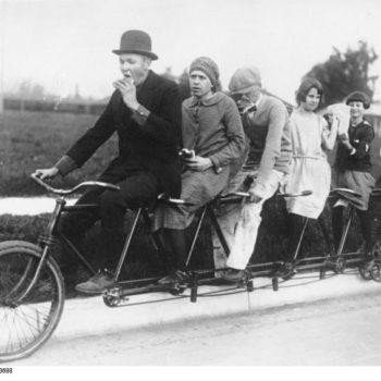 ADN-ZB/Archiv Ein Familien-Tandem für 6 Personen aus dem Jahre 1925. 1042-25